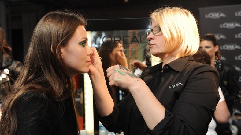 Profesjonalna makijażystka w czasie pracy.