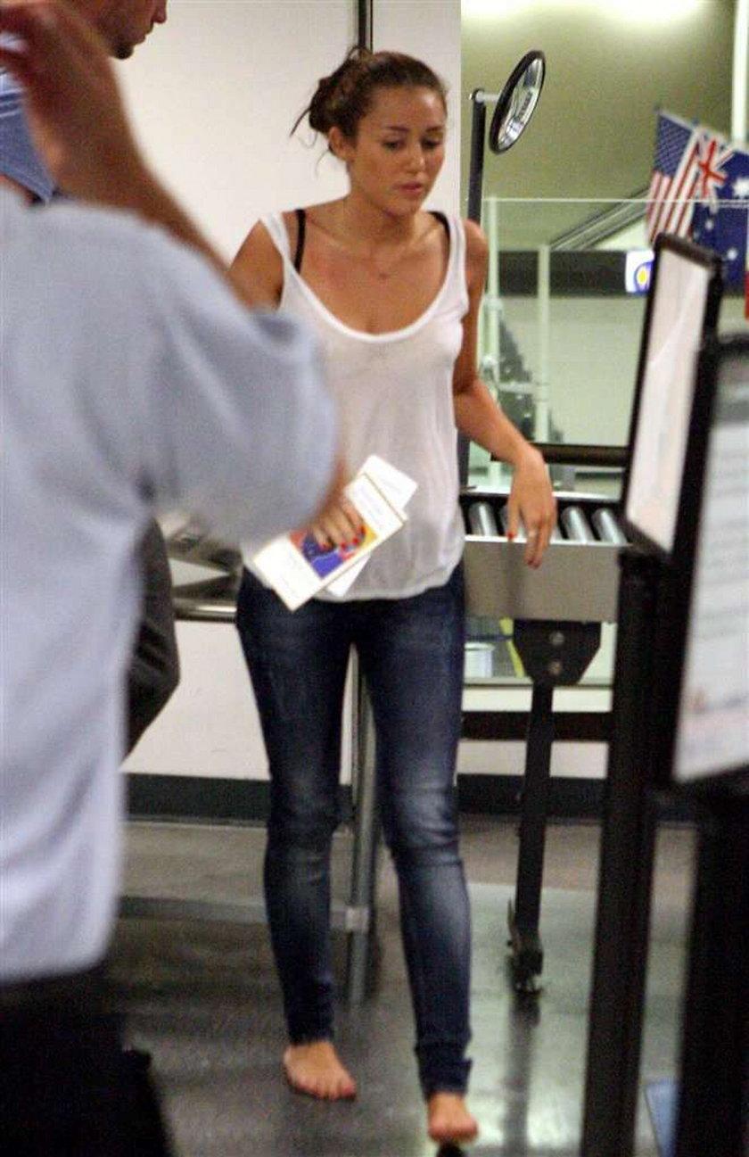 Cyrus paradowała boso po lotnisku