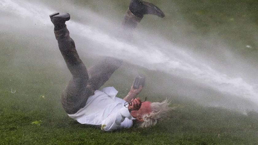 W dobie pandemii zorganizowali imprezę w parkę. Policja użyła armatek wodnych