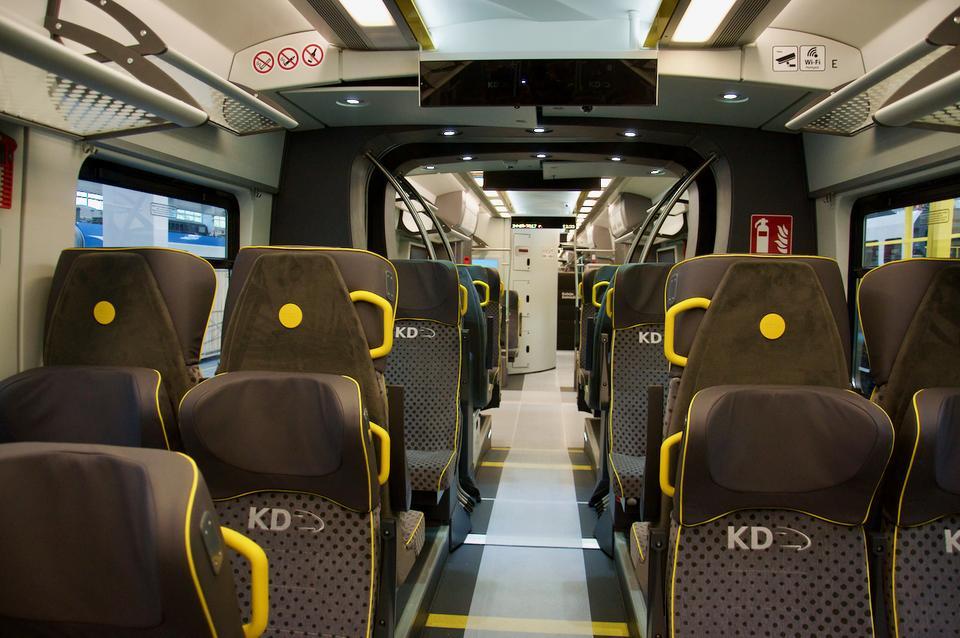 Impuls 45WE jest pociągiem bezprzedziałowym. Znajduje się w nim ponad 200 foteli, łącznie z miejscami stojącymi pomieści 500 pasażerów.