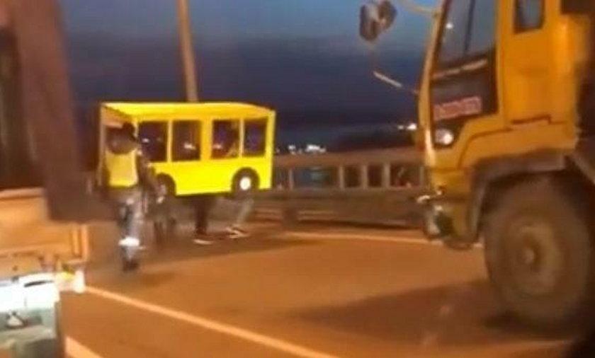 Przebrali się za autobus, żeby przejść przez most