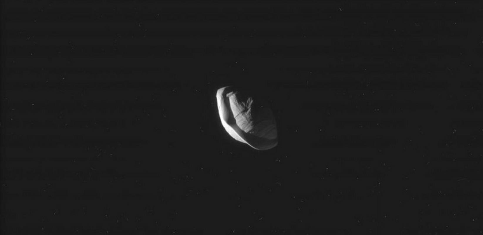 Pan to jeden z 53 nazwanych księżyców Saturna