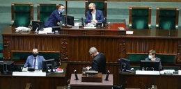 Żenująca scena w Sejmie. Braun wykluczony z obrad, odmówił założenia maseczki