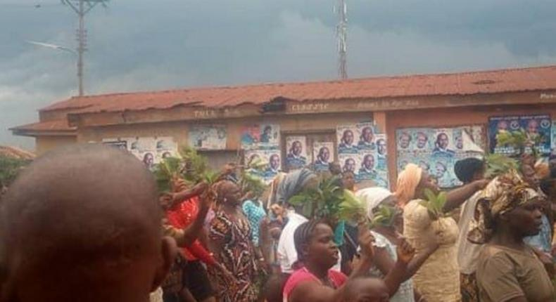 The residents living in a town in Ekiti state have chased away their king for incompetence.