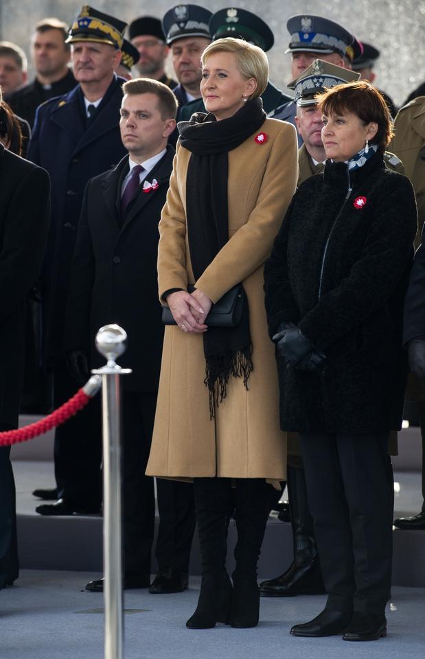 Agata Duda w beżowym płaszczu i długim szalu. Ładnie?