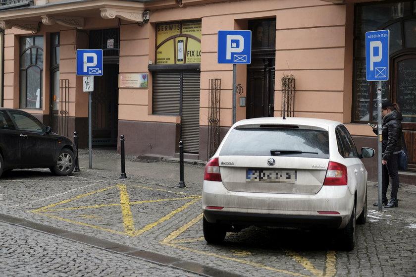 Katowice. Koperty zajmują miejsca parkingowe w centrum