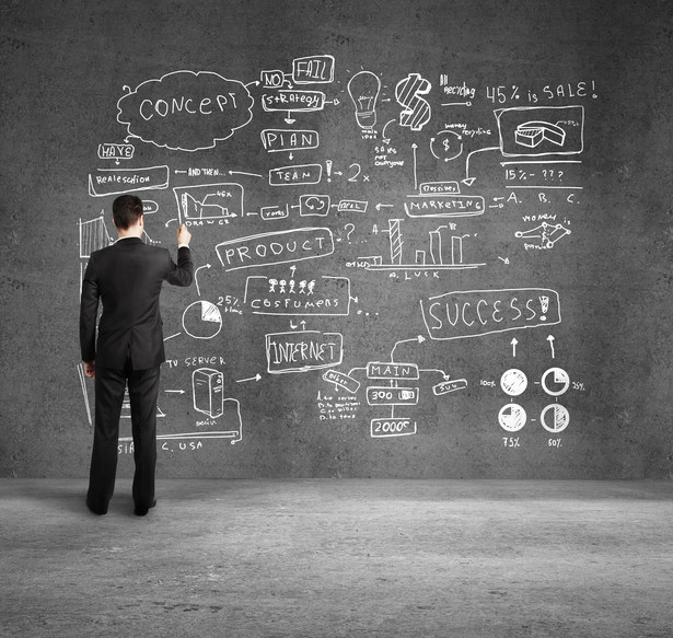 """4.Pytanie do kandydata na stanowisko key account managera: """"Co zmieniłby Pan/ zmieniłaby Pani w organizacji będąc na miejscu brand managera?"""" I odwrotnie, pytanie do kandydata na brand managera: """"Jakie zmiany wprowadziłby Pan/ wprowadziłaby Pani będąc na stanowisku key account managera?"""" Choć są to bardzo zbliżone do siebie działy zamiast współpracy często pojawiają się między nimi konflikty wynikające z niezrozumienia i braku umiejętności postawienia się na czyimś miejscu. Pytanie co by kandydat zrobił będąc na miejscu pracownika innego działu, sprawdza wszechstronność myślenia, potencjał do realizacji zadań w szerszym środowisku, umiejętność całościowego spojrzenia na dany problem. Pokazuje też, czy mimo swoich osobistych aspiracji i celów kandydat potrafi obiektywnie spojrzeć na interes firmy."""