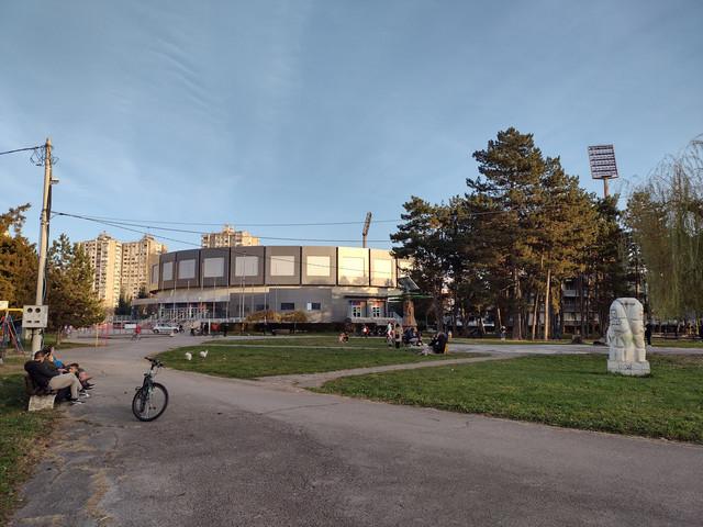 Park Čair pored koga se nalazi hala Čair u kojoj je privremena kovid bolnica