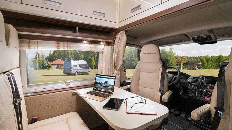 Nawet w kamper-vanie (na zdjęciu polski Globe-Traveller) można bezproblemowo stworzyć biuro do pracy.