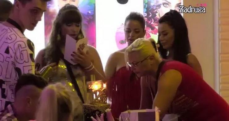 STIGLO PISMO OD SINIŠE KULIĆA; Miljana proslavila rođendan u Zadruzi, a zbog poruka od oca i sestara se RASPLAKALA