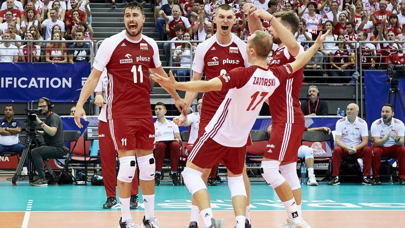 Siatkarze reprezentacji Polski (od lewej): Fabian Drzyzga, Maciej Muzaj, Paweł Zatorski iMichał Kubiak, cieszą się podczas meczu turnieju kwalifikacyjnego do igrzysk olimpijskich z Francją
