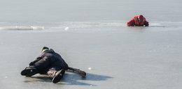 Pod dzieckiem załamał się lód. Z pomocą ruszył przechodzień