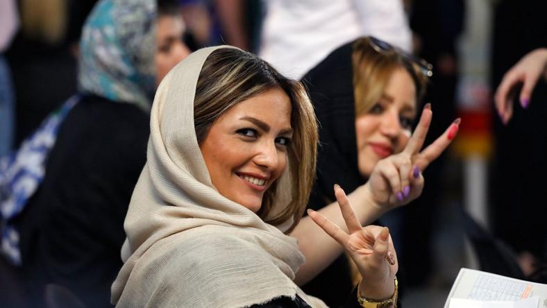 Urzędujący prezydent Iranu Hasan Rouhani został w piątek wybrany na drugą, czteroletnią kadencję. W pierwszej turze zdobył 57 proc. głosów i pokonał ultrakonserwatywnego duchownego Ebrahima Raisiego, który otrzymał 38,3 proc. głosów - ogłosiło w sobotę irańskie MSW.