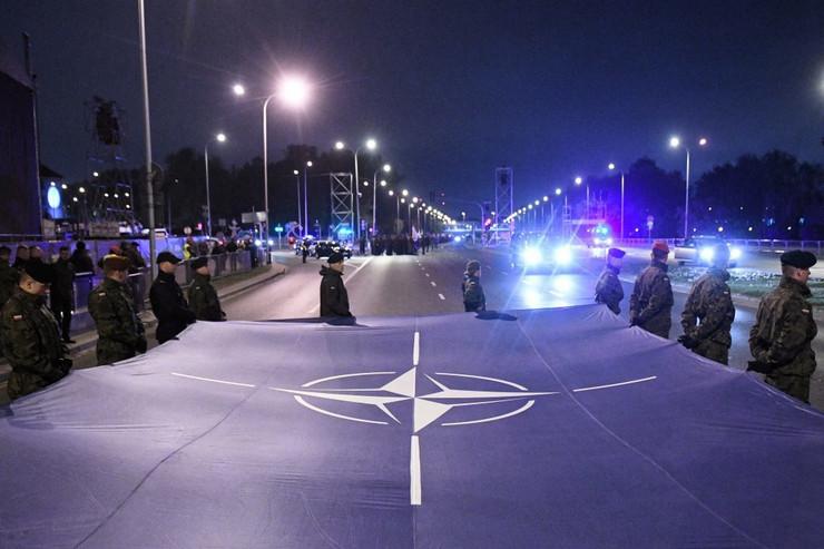 nato-zastava-foto-EPA-RADEK-PIETRUSZKA