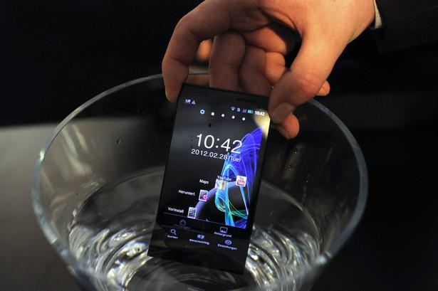 Wodoodporny smartfon Eluga Panasonica. Tutaj moczony w wodzie.