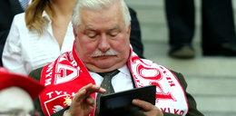Co Wałęsa robiłz tabletem na meczu?