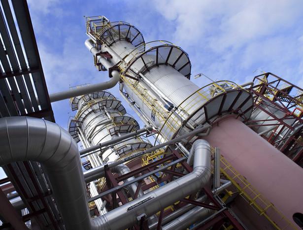 Ropa na amerykańskiej giełdzie paliw drożeje w reakcji na sygnały, że najwięksi producenci ropy - Arabia Saudyjska i Rosja - mogą zakończyć wojnę cenową na rynku ropy i osiągnąć porozumienie w sprawie ograniczenia dostaw tego surowca na globalne giełdy paliw - podają maklerzy.
