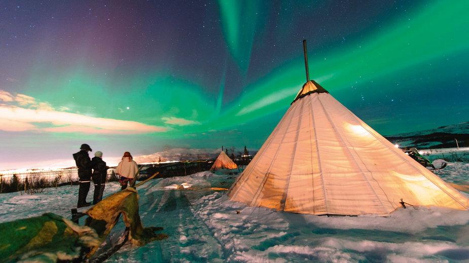 Sezonowe schronienia saamskie wykonywano ze skór renifera i palików połączonych na szczycie. Przypominały indiańskie tipi. Lavvu są nadal używane przez Saamów, ale wykonuje się je z nowoczesnych materiałów.