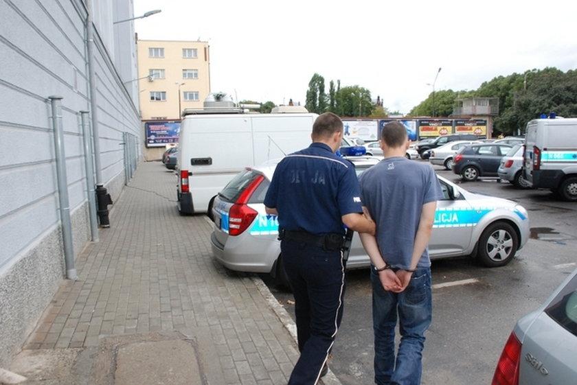 Policjant prowadzi bandytę