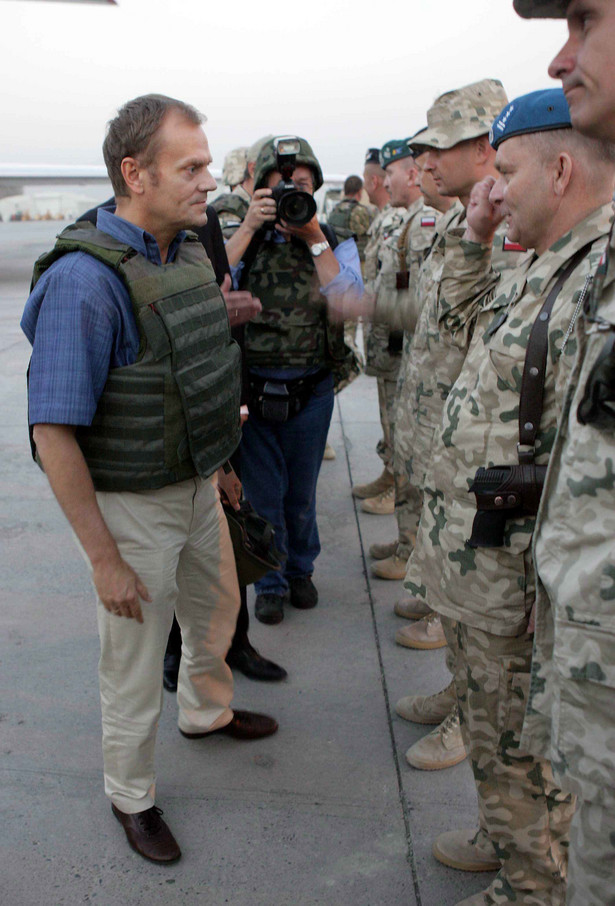 """""""Mamy naprawdę dobrych żołnierzy, mamy chyba trochę gorszy sprzęt i jeszcze gorsze niektóre przepisy, które utrudniają żołnierzom wypełnianie tej misji i to trzeba będzie naprawić"""" - podkreślił szef rządu."""