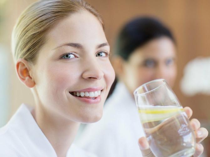 Pre spavanja OBAVEZNO popijte čašu vode: Desiće vam se 2 SJAJNE STVARI
