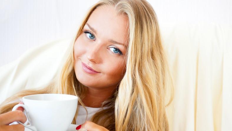 Znajdująca się w niej kofeina wspomaga spalanie tkanki tłuszczowej, poprawia sprawność fizyczną i umysłową. Duża zawartość przeciwutleniaczy działa antynowotworowo i hamuje procesy starzenia się organizmu. Rekomendowane jest picie do pięciu filiżanek dziennie (w przypadku kobiet w ciąży – do trzech filiżanek, by dzienna dawka kofeiny nie przekroczyła 200 mg). W przeciwnym razie kawa może wywoływać stany lękowe i zwiększać poziom stresu