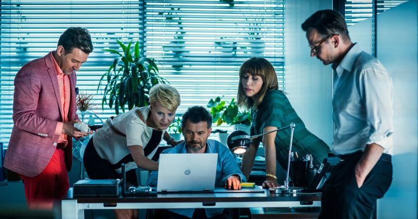 """Polacy najwięcej czasu spędzają w internecie w dni robocze. Na zdjęciu bohatreowie """"Drugiej szansy"""" podczas spotkania w pracy"""