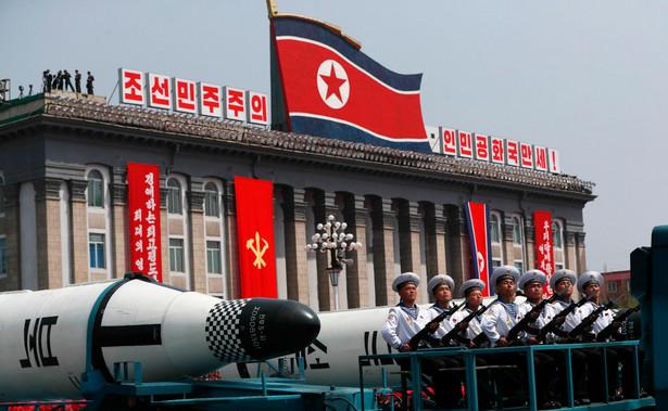 Po raz pierwszy podczas parady wojskowej zaprezentowano m.in. pociski balistyczne Pukkuksong-2, przeznaczone do wystrzeliwania z okrętów podwodnych. Fot. EPA/HOW HWEE YOUNG
