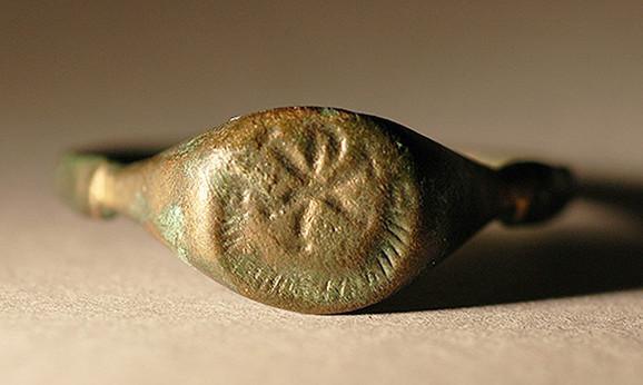 Hristov monogram na prstenu