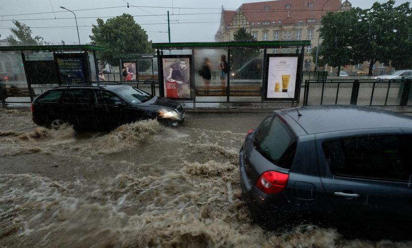 Nagłe burze i powodzie w miastach to coraz częstsze zjawisko. Warto więc wiedzieć, jak się zachować, gdy zaleje nam auto i jakie ubezpieczenie chroni przed finansowymi skutkami takiego zdarzenia losowego.
