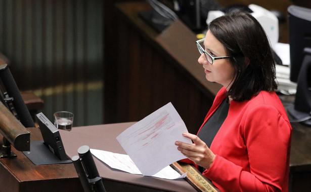 Postępowanie dyscyplinarne przeciwko sędziemu Pawłowi Juszczyszynowi, który wystąpił z wnioskiem o udostępnienie mu list poparcia dla kandydatów do KRS, to zemsta polityków PiS, próba zastraszenia niezależnego sędziego i złamania sędziowskiej niezawisłości - oceniła Kamila Gasiuk-Pihowicz (KO).