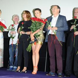 Olga Bołądż w parze z Sebastianem Fabijańskim, ciężarna Magdalena Lamparska i inni na premierze filmu Juliusza Machulskiego