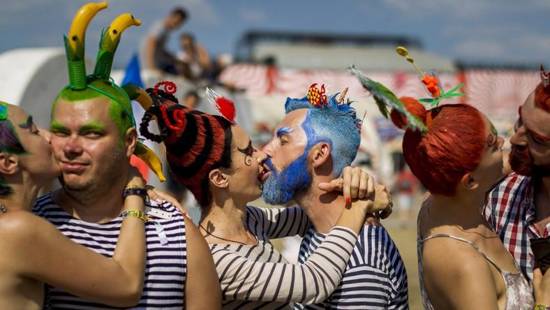 Sziget na stałe gości we wszelkich zestawieniach najlepszych imprez muzycznych (wygrał m.in. Festival Awards Europe). Na oddaloną od centrum Budapesztu o 15 minut podróży kolejką wyspę wolności każdego roku ściąga około 400 tysięcy miłośników muzyki i dobrej zabawy. A publika na Sziget Festiwal jest międzynarodowa (80 procent nabywców karnetów tygodniowych pochodzi spoza Węgier). Gwiazdami tegorocznego festiwalu byli: Florence and The Machine, Alt-J, Ellie Goulding, Kings of Leon, Major Lazer, Gogol Bordello, Interpol, Kasabian, The Horrors, Selah Sue, Paloma Faithm Jose Gonzalez oraz Robbie Williams. Ale obok światowej czołówki wystąpił też młody polski duet The Dumplings. Zobaczcie, jak się bawili uczestnicy 23. edycji węgierskiego festiwalu. Takie rzeczy, to tylko na Sziget?