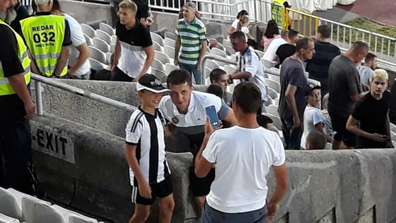 Saša Ilić sa najmlađima na stadionu u Humskoj