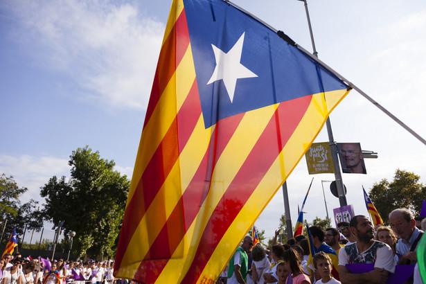 """Ponad 200 tys. separatystów z Katalonii wzięło udział w sobotę w wiecu w pobliżu granicy francusko-hiszpańskiej i zapowiedzieli """"ostateczną walkę o niepodległość""""."""