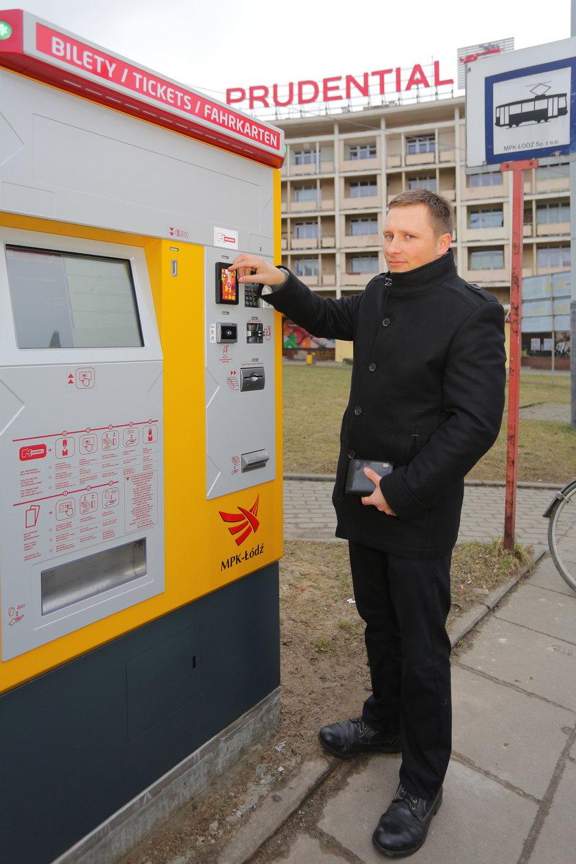 Adam Kralisz z MPK w Łodzi prezentuje możliwości techniczne biletomatu.
