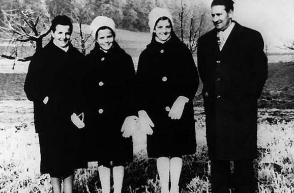 Bernadet Hasler (treća s leva)