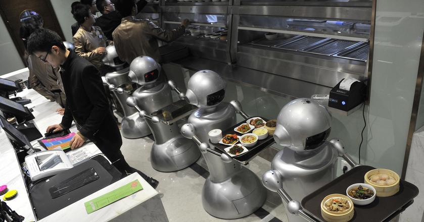 """Jedna z restauracji w Chinach w której """"pracuje"""" 30 robotów. Przyjmują zamówienia, gotują i dostarczają jedzenie do stolików."""