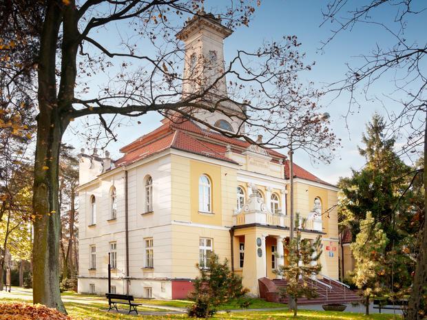 Ratusz w Otwocku, pierwotnie prywatna willa zbudowana w latach 80. XIX wieku, przebudowana w okresie miedzywojennym