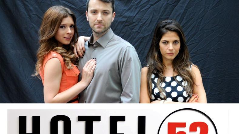 Rok temu twórcy serialu zakończyli szóstą serię zaręczynami głównych bohaterów. Teraz Natalia (Laura Samojłowicz) robi karierę za granicą, a hotel zostawiła pod czujnym okiem Tomasza (Filip Bobek).