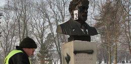 Napisali: Zdrajca! Znowu zniszczyli pomnik Kuklińskiego