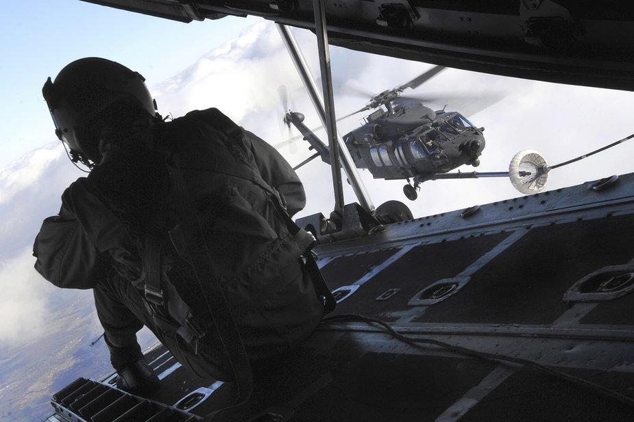 Helikopter Blackhawk należący do specjalnej jednostki Night Stalkers transportującej m.in. żołnierzy Navy SEALs ćwiczy tankowanie paliwa w powietrzu