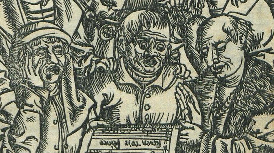 Mężczyzna na środku w dolnym rzędzie ma na nosie okulary. To pierwszy znany wizerunek osoby z okularami w polskich źródłach