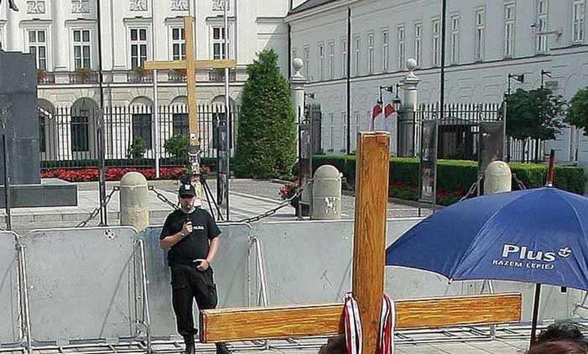 Nowe krzyże rosną pod pałacem