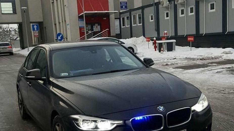 Policjanci ze Skarżyska wieźli rodzącą bliźniaki kobietę