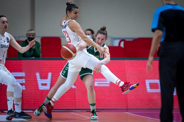 Ana Dabnović na defanzivnom zadataku na meču između ženskih košarkaških reprezentacija Srbije i Litvanije