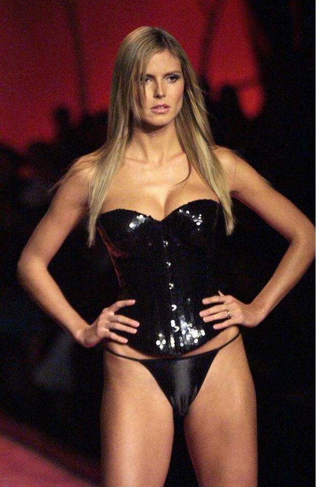 Victoria's Secret - Heidi Klum na pokazie w 2001 roku
