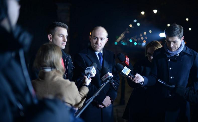 Borys Budka i Arkadiusz Myrcha w czasie nocnej konferencji prasowej