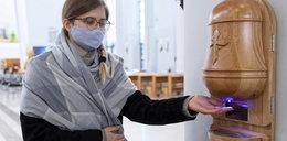 W ten sposób katolicy chcą uniknąć zakażenia koronawirusem? To znak pandemicznych czasów