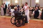 VOLJA POBEDILA PROGNOZE LEKARA Ples oca i ćerke na njenom venčanju rasplakalo je sve svatove (VIDEO)